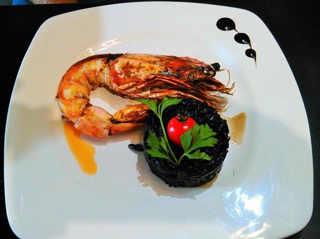 Cameron grillé à l'huile de homard, avoine crémeux à l'encre (© Yannick Revel)