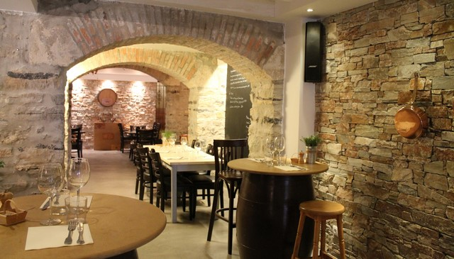 Après le bar, des espaces plus intimes sous les voûtes (© Yannick Revel)