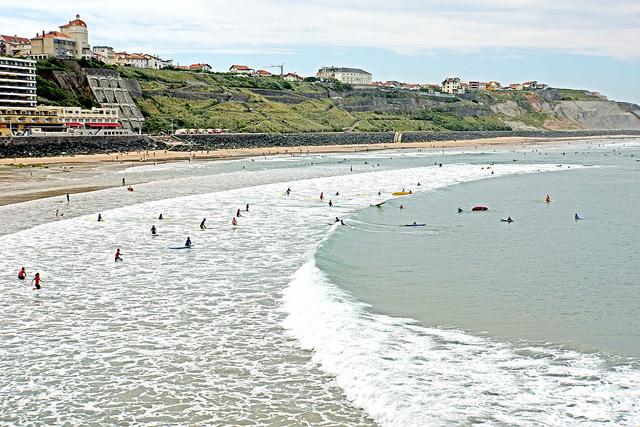 Initiation au surf sur le spot de la Côte des Basques (© Dennis Jarvis)