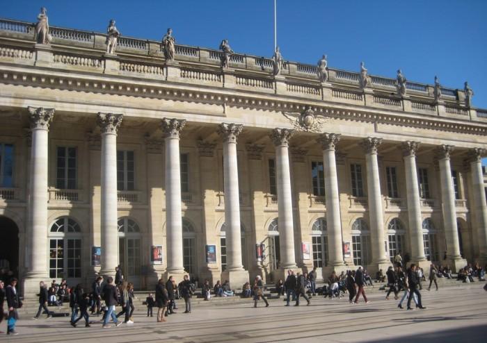 Sur le coté gauche de l'opéra, l'entrée discrète du Quatrième Mur